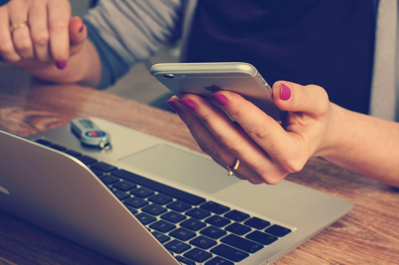 neem een digitale detox. Ga lekker offline. Zet je telefoon helemaal uit of leg hem in een andere kamer en check hem maar een paar keer per dag op vaste momenten.