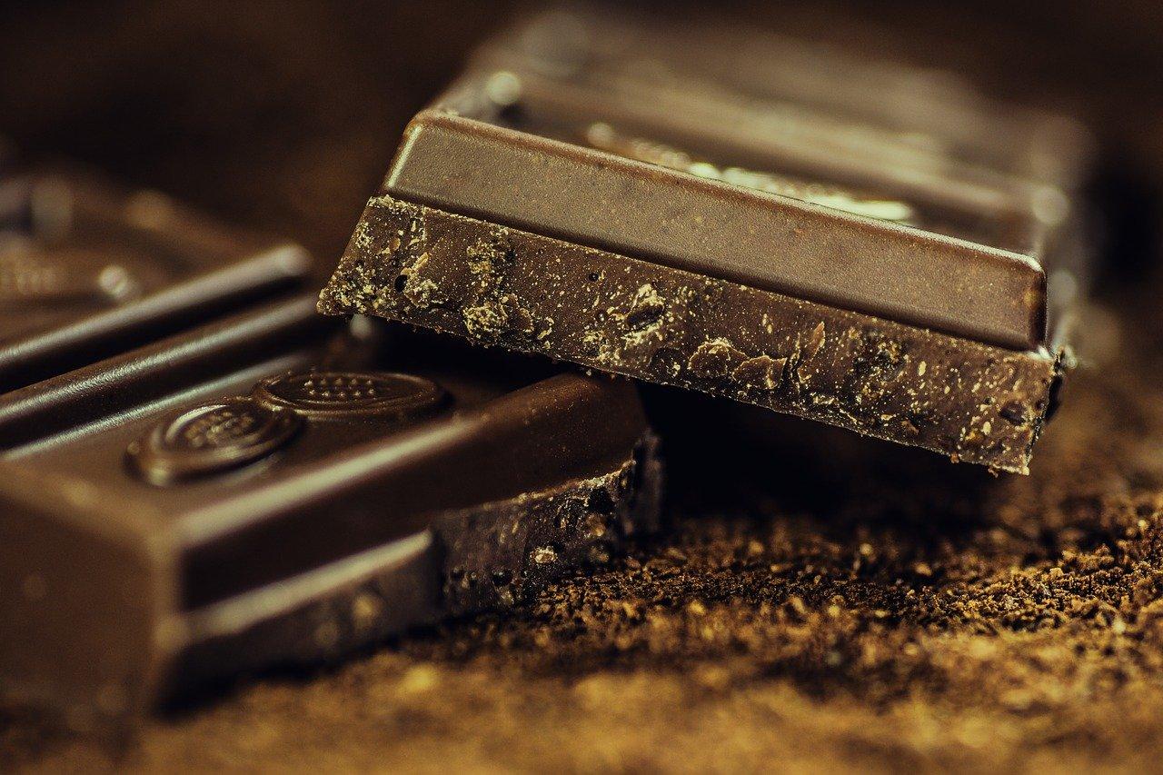 donkere, bittere chocolade is een goede bron van antioxidanten. Deze beschermen je huid tegen achteruitgang.