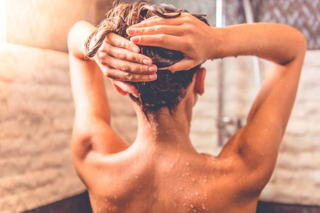 heet water kan de natuurlijke oliën van je huid sneller verwijderen dan lauw water en mogelijk zelfs schade veroorzaken.