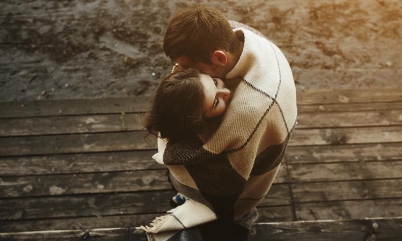 Bij aanraking en knuffelen maakt je lichaam het feel-good hormoon oxytocine aan dat gevoelens van ontspanning, geluk en verbondenheid stimuleert